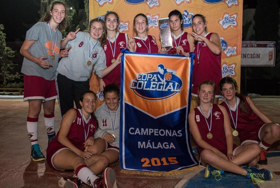 Nuestras chicas posan con el estandarte que las acredita como campeonas.