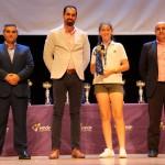 María Peña recogió el trofeo como capitana del equipo